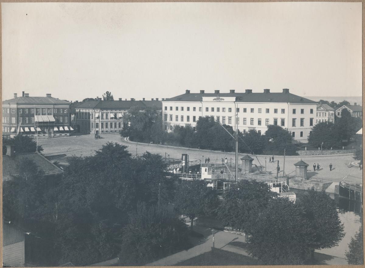 Vänersborg. Residenset. Uddevalla-Vänersborg-Herrljunga Järnväg, UVHJ. Residenset byggdes 1690. Trettio år senare var anläggningen förfallen men ett nytt residens byggdes 1754. 1834 härjade en brand som förstörde nästan hela staden men residensets huvudbyggnad klarade sig, men flyglarna skadades. 1843 gjordes mindre förändringar i fasaden och 1848 byggdes en tillbyggnad. Residenset renoverades och fick elektricitet 1905.