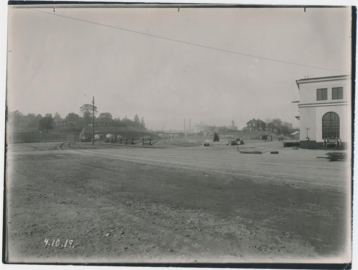 Värtan. Frihamnen. Statens Järnvägar, SJ. Banan öppnades 1882. Ångvält.  Provelektrifiering genomfördes1905 men den lades ner. 1940 elektrifierades banan slutgitligt.
