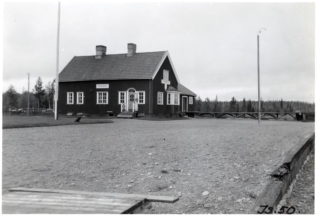 Stationshus i trä sammanbyggt med godsmagasinet 1923 anlades hållplatsen.