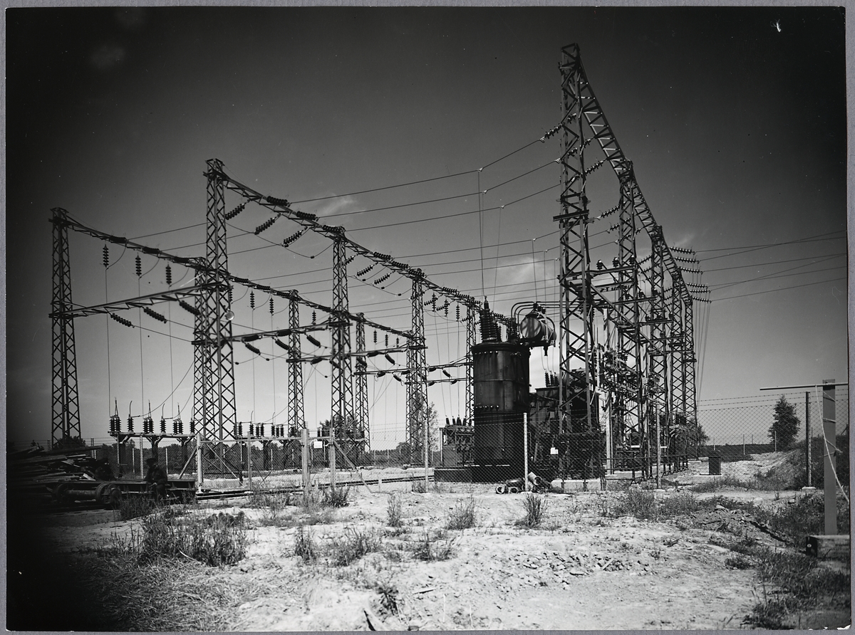 Kraftleverantörens transformatorstation. Ort okänd.