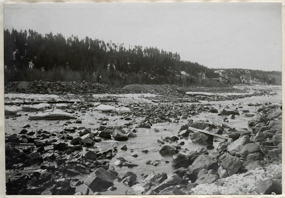 Förstärkningarbete av järnvägsbron över Piteälven vid Sikfors på linjen mellan Piteå och Älvsbyn.