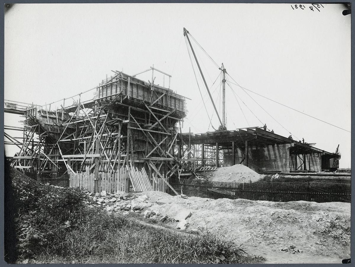 Byggnation av Sjölundaviadukten, södra landfästet under gjutning.