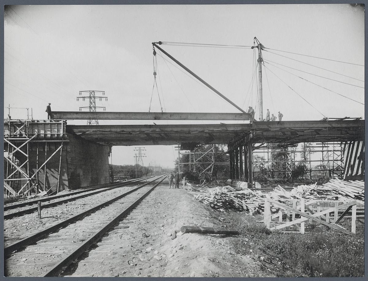 Byggnation av Sjölundaviadukten, uppläggning av balk i spann 1.
