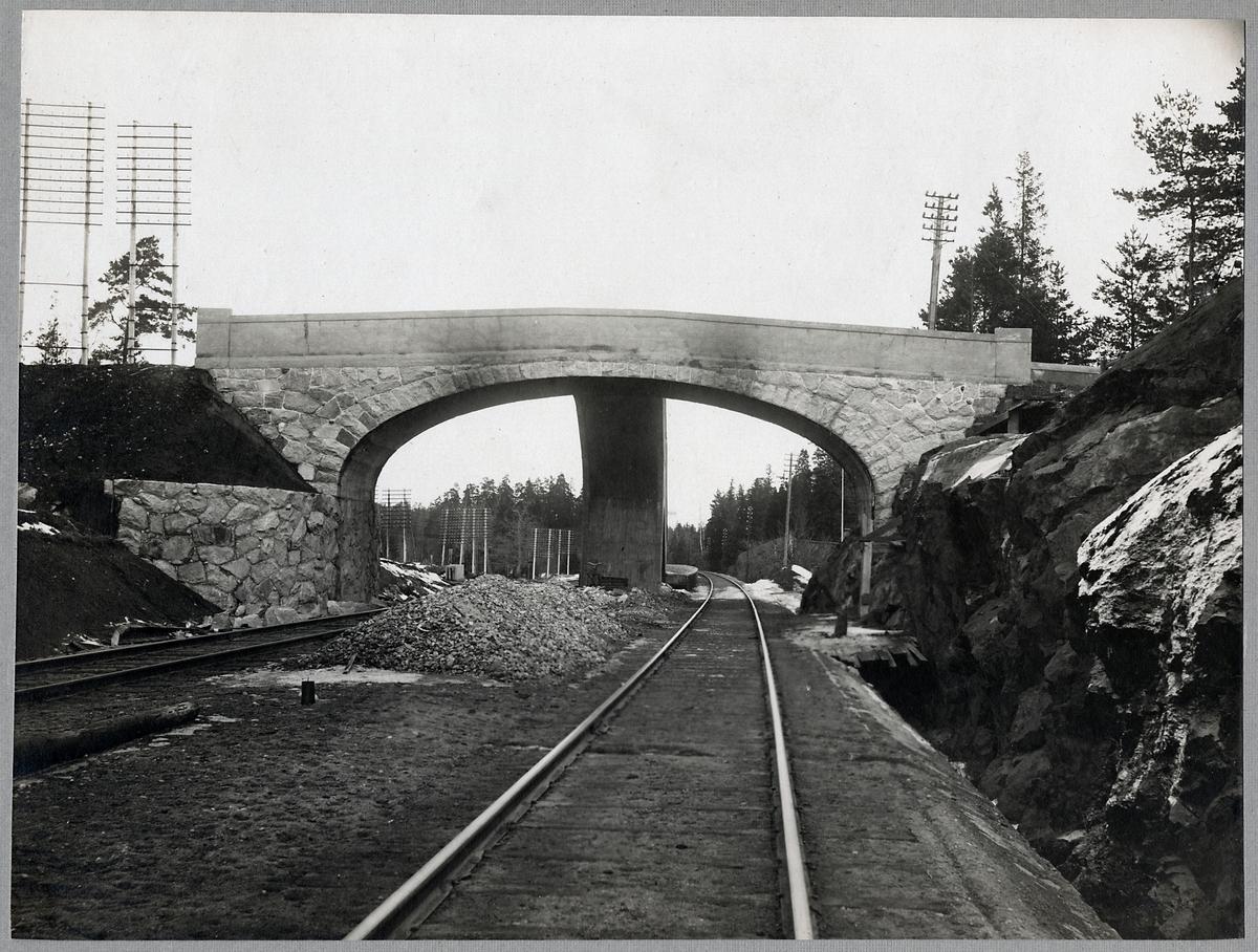 Vägbro över järnvägen vid Stuvsta, på sträckan mellan Älvsjö och Huddinge.