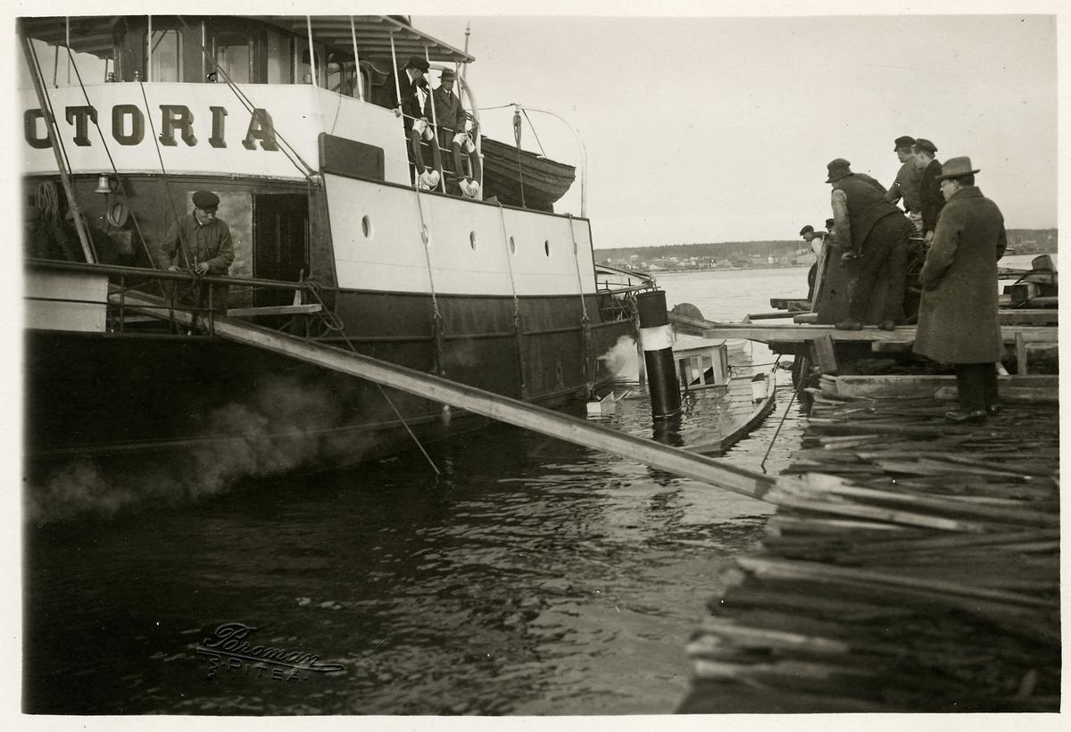 """Bärgning av ångbåten """"Lövholmen"""", med hjälp av ångbogseraren """"Victoria. """"Lövholmen"""" är här på väg upp till ytan."""