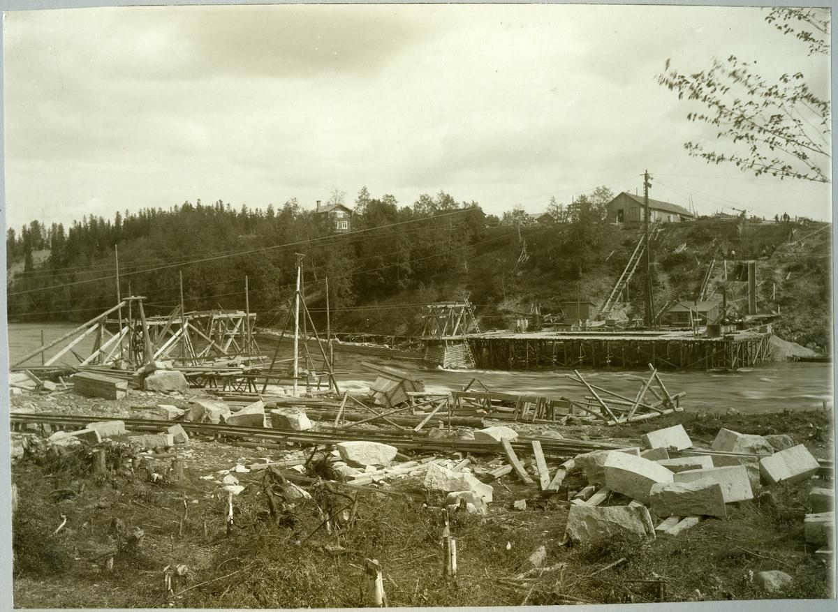 Slind. Statens Järnvägar, SJ. Brobygget över Skellefte älv i juli 1910.