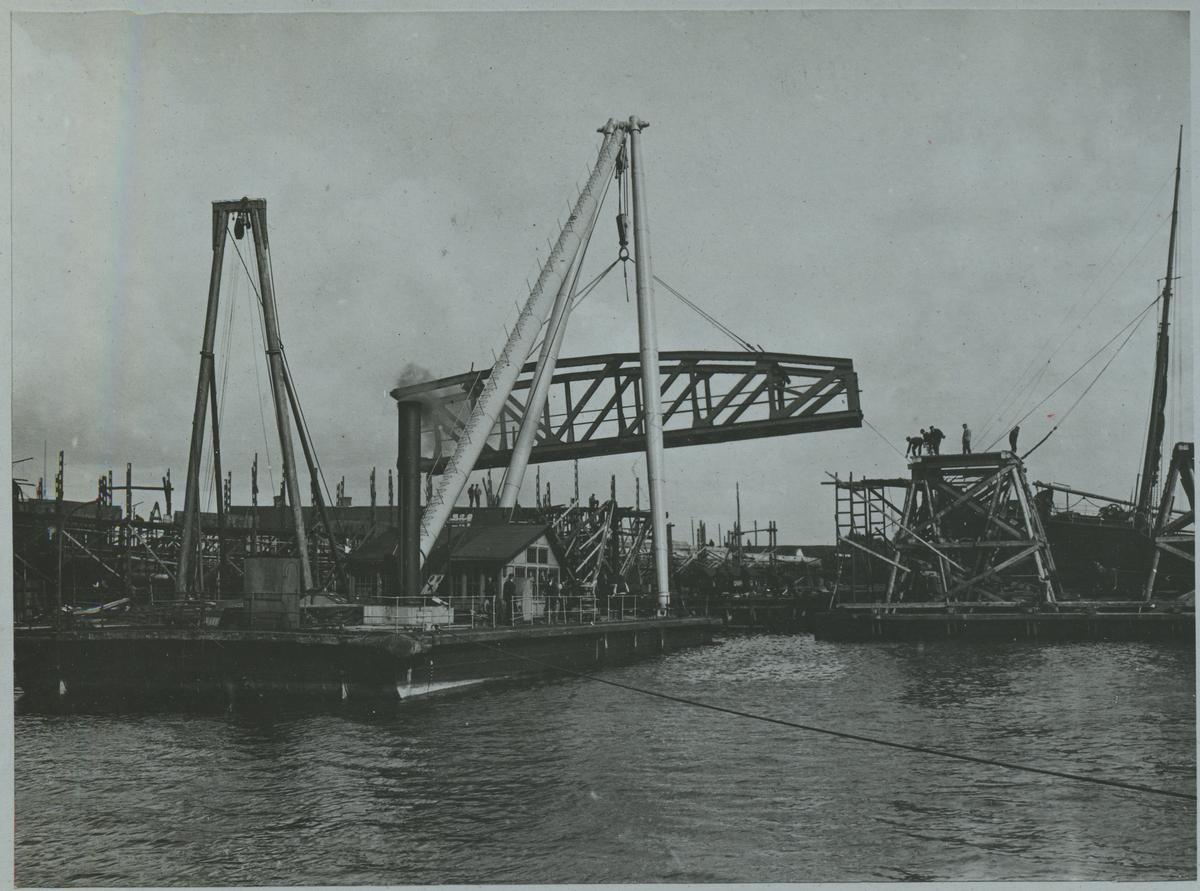 Brobygge över Göta Älv. Den första av 3  32 meters fasta brospannen över Göta Älv för Statsbanan genom Bohuslän under upplyftning på pråmställning.