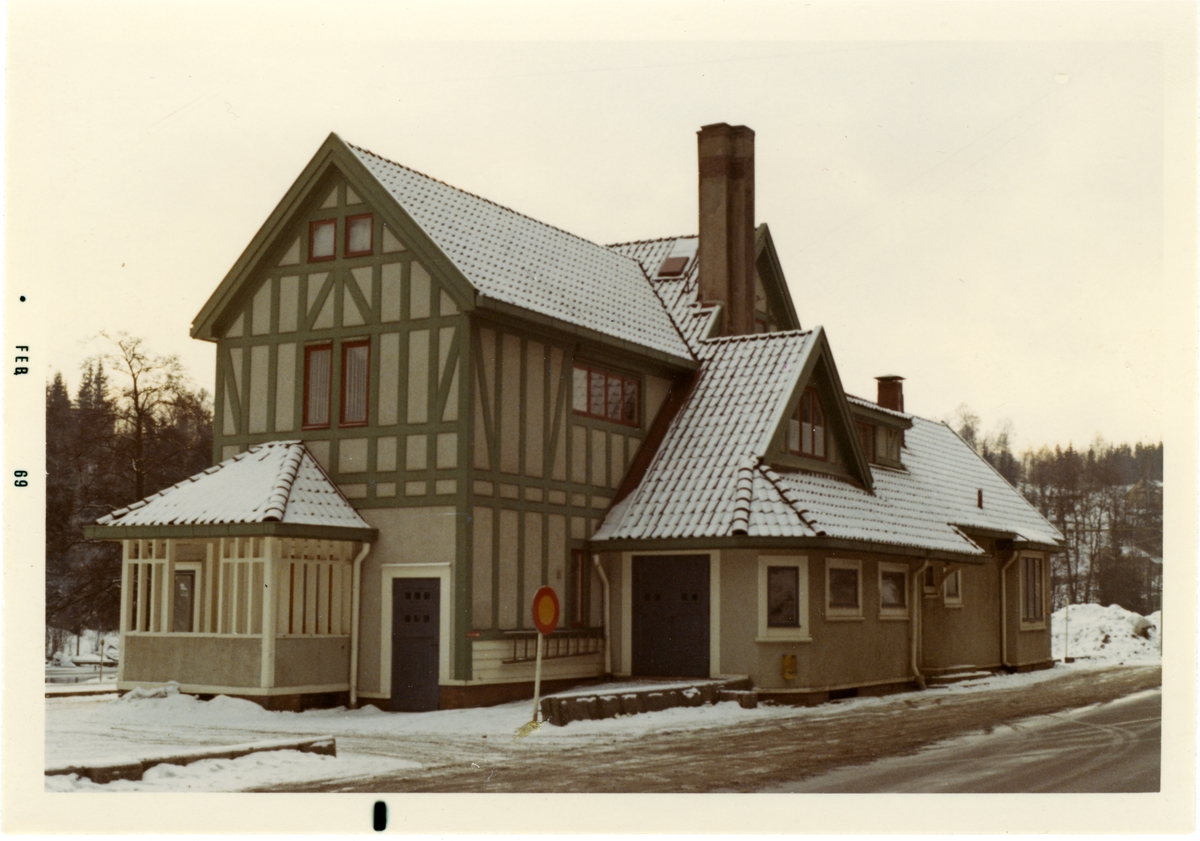 Stationshuset byggdes 1893. Det nya stationshuset är ritat av arkitekt Yngve Rasmussen från Göteborg.