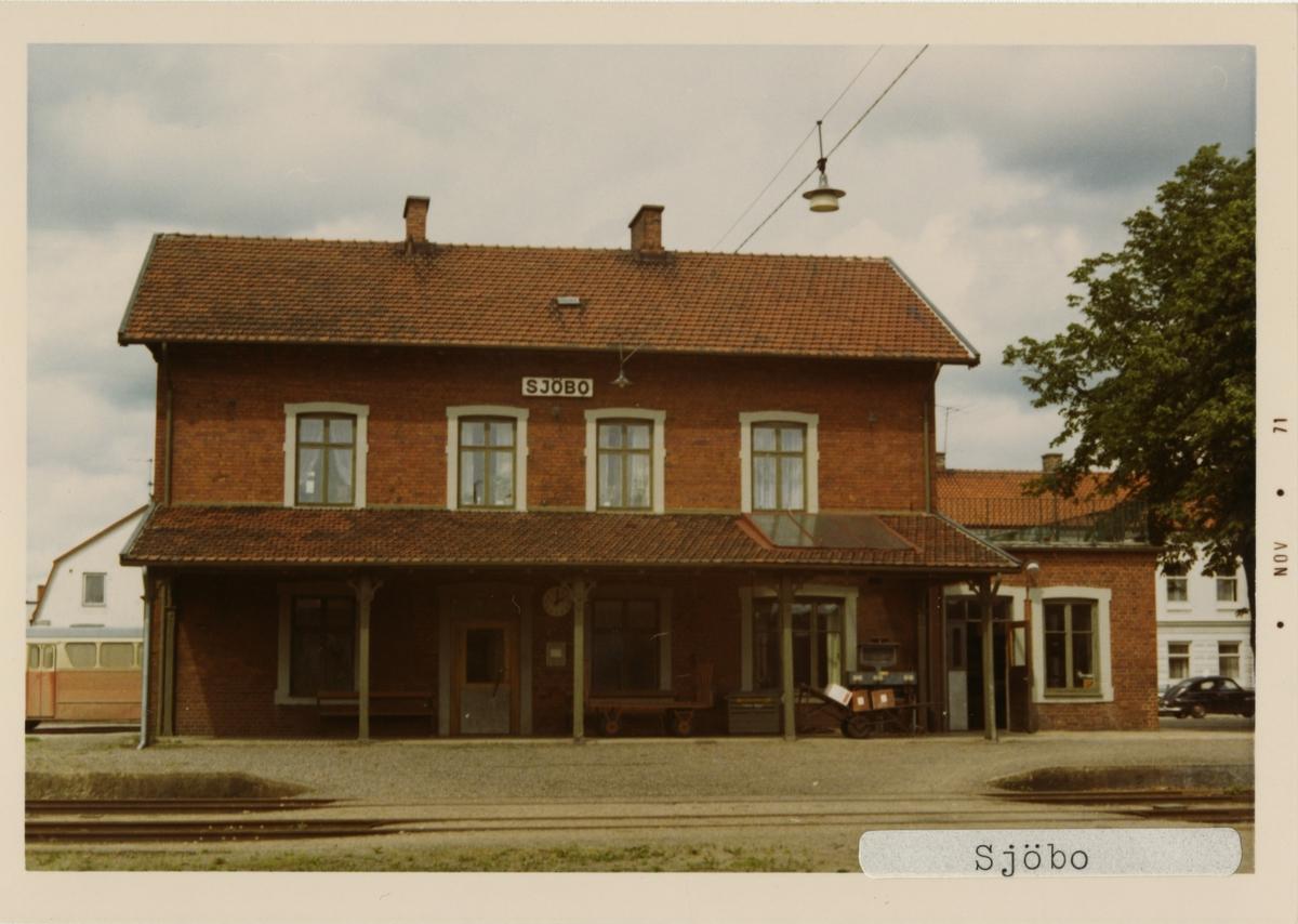 Sjöbo station 1971. Malmö - Simrishamns Järnväg, MSJ. Stationen öppnades 1893. Stationshuset byggdes 1893 och revs 1984. Gick över till Statens Järnvägar, SJ 1943. Stationen lades ner 1970.
