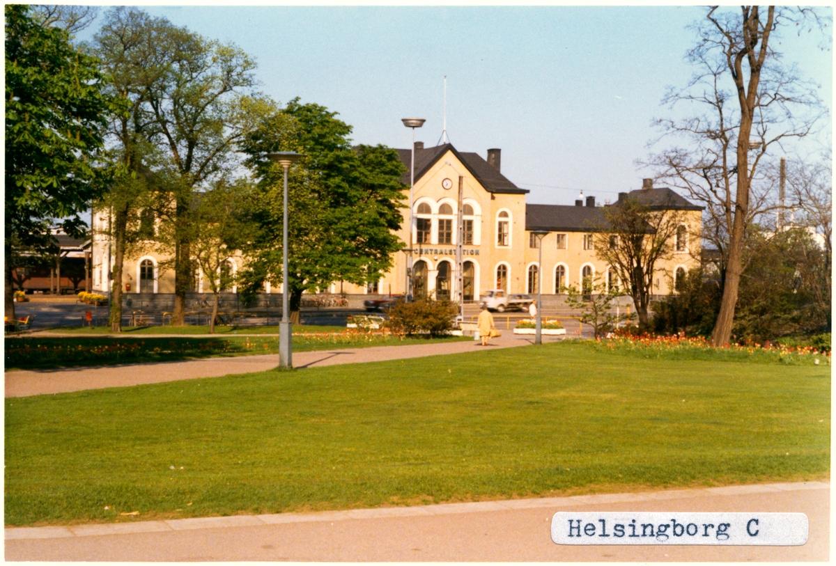 Stationen byggd av L&HJ 1865. Arkitekter Nils Frykholm/J.Frosell/Helgo Zettervall. Stationen hade banhall 1865 till cirka 1940. 1916 byggde HHJ en verkstad och lokstation söder om staden. Till SJ 1940. Elektrifieringen kom 1943.