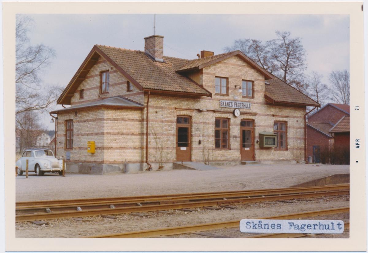 Stationen byggd 1893 av SSJ. Tillbyggd flygel 1946, Hette före 27 juni 1923 ÅSBO-FAGERHULT. En- och enhalvvånings station i tegel. 1941 renoverades bygnaden fullständigt och fick helt ny inredning. Till SJ 1940. Persontrafiken nedlagd 1968. Spåren revs mellan 1999- 2010 i olika etapper.