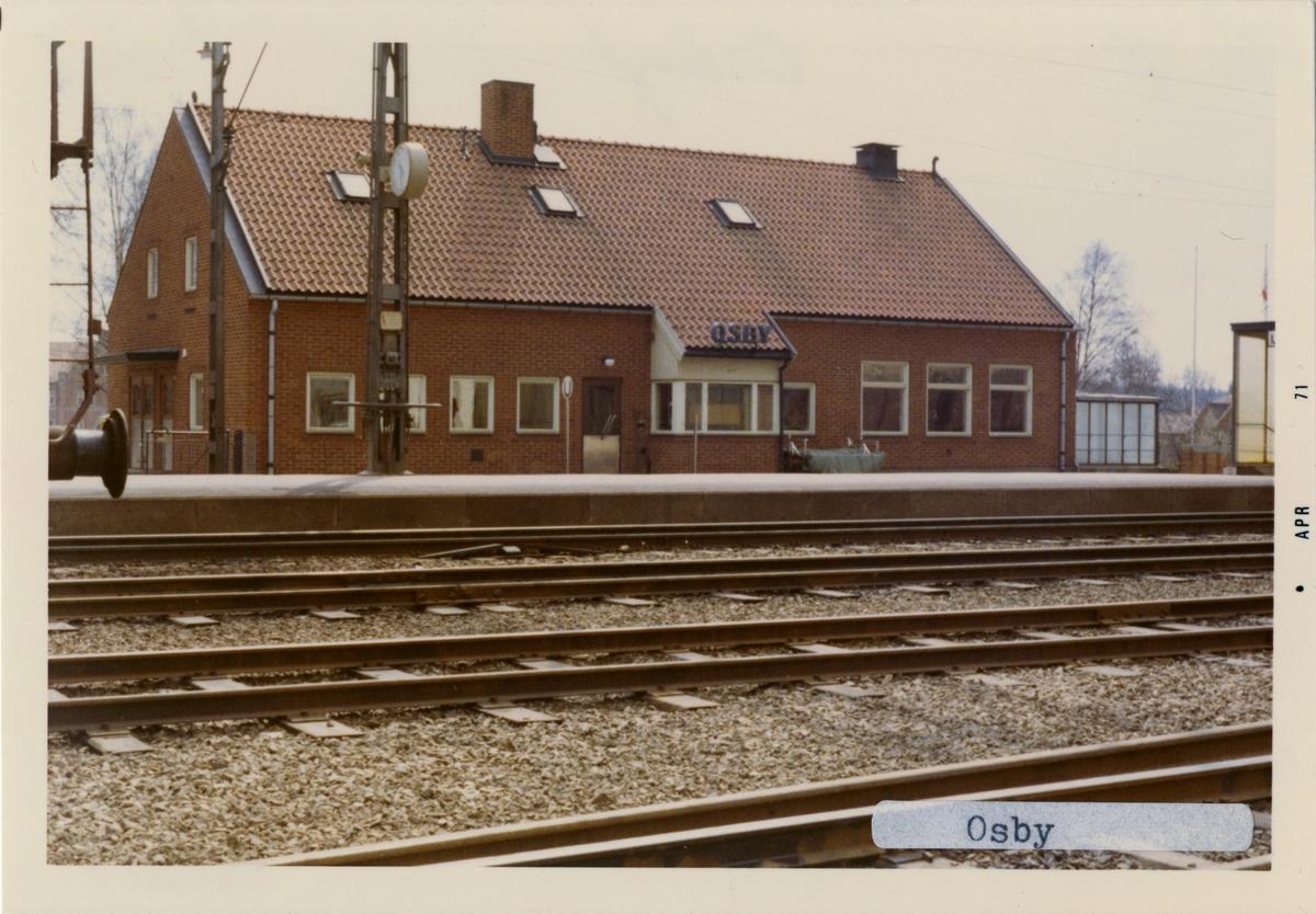 Stationen öppnad för trafik 1 augusti 1862.. Envånings stationshus i trä byggt 1863-64.Revs när det nya byggdes på 1950-talet. Gångtunnel under spåren sedan 1950-talet. Nytt stationhus i tegel byggt av SJ ca 1960