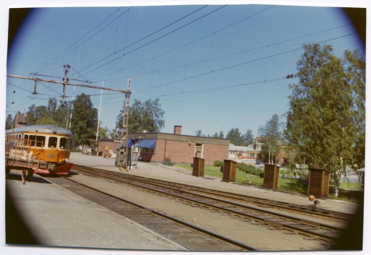 Stationen med stationshus i tegel