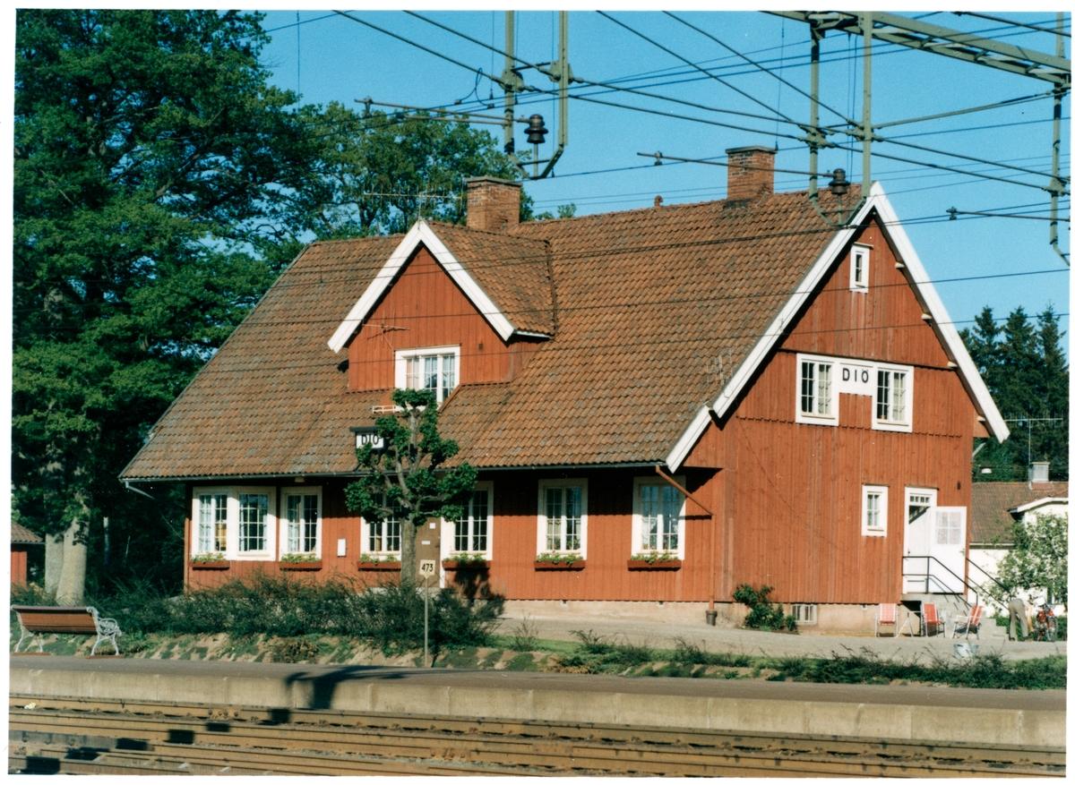 Stationshus i en och enhalv våning i trä. Öppnad som lastplats 1882-11-01