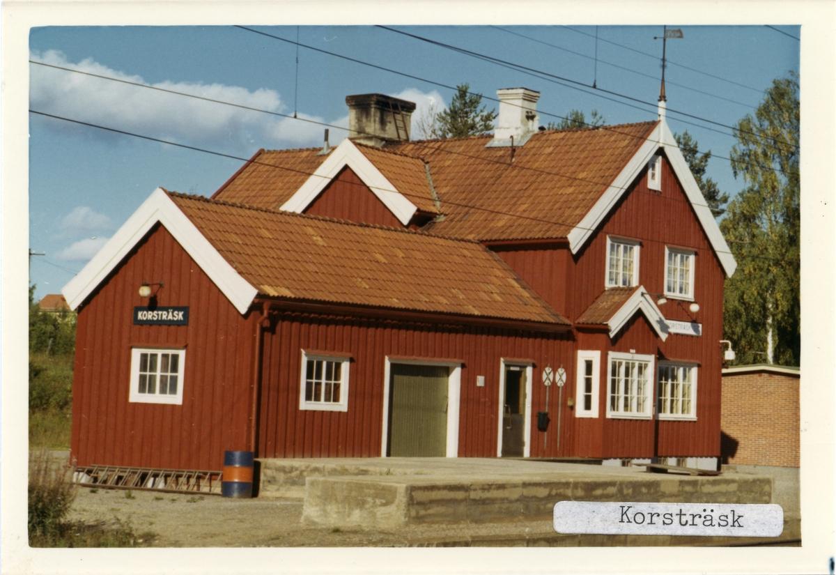 Tvåvånings stationshus i trä, sammanbyggt med godsmagasin.