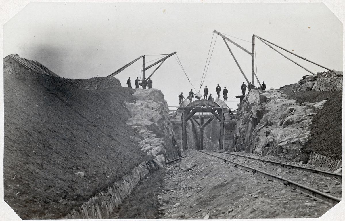 Vägbro under uppbyggnad vid Hubbarp.