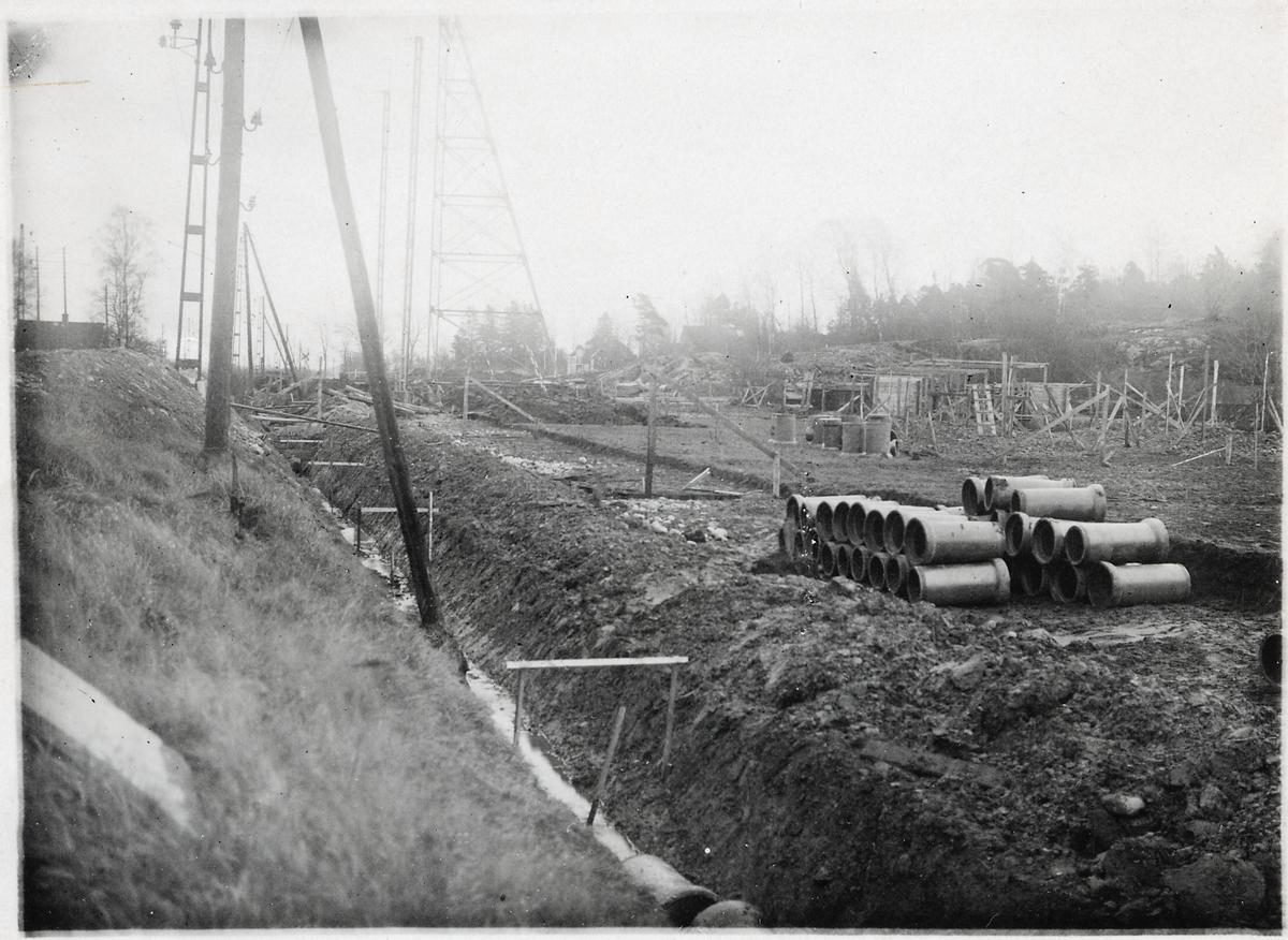 Läggning av avloppsledning vid nya vägen i Alingsås.
