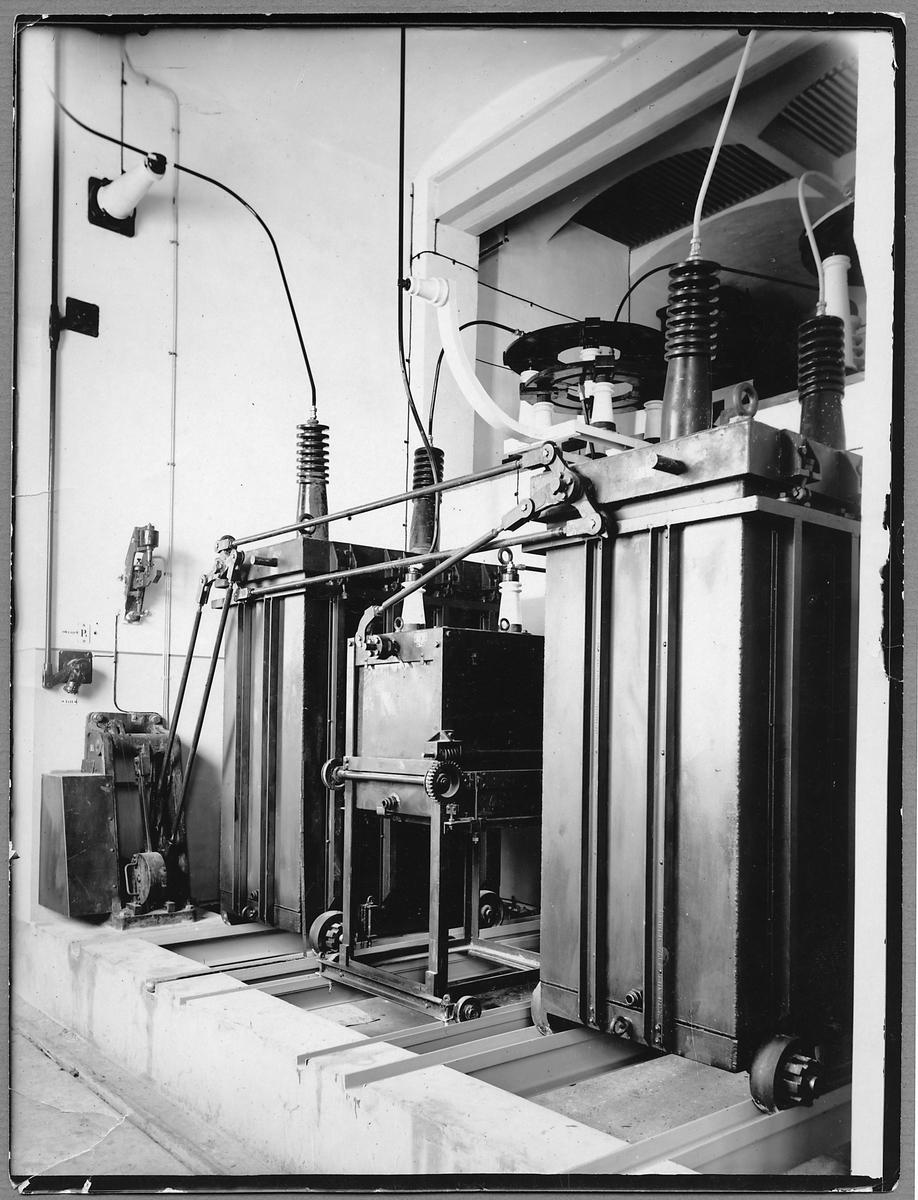 80 och 16kV oljeströmbrytare i transformatorstation på malmbanan.