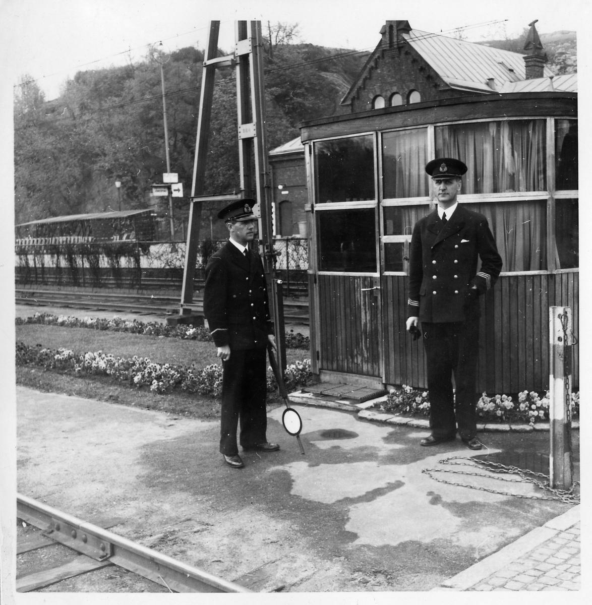 Tågklareraren och Stationsinspektor Carlsson framför manöverkuren vid Borås station.