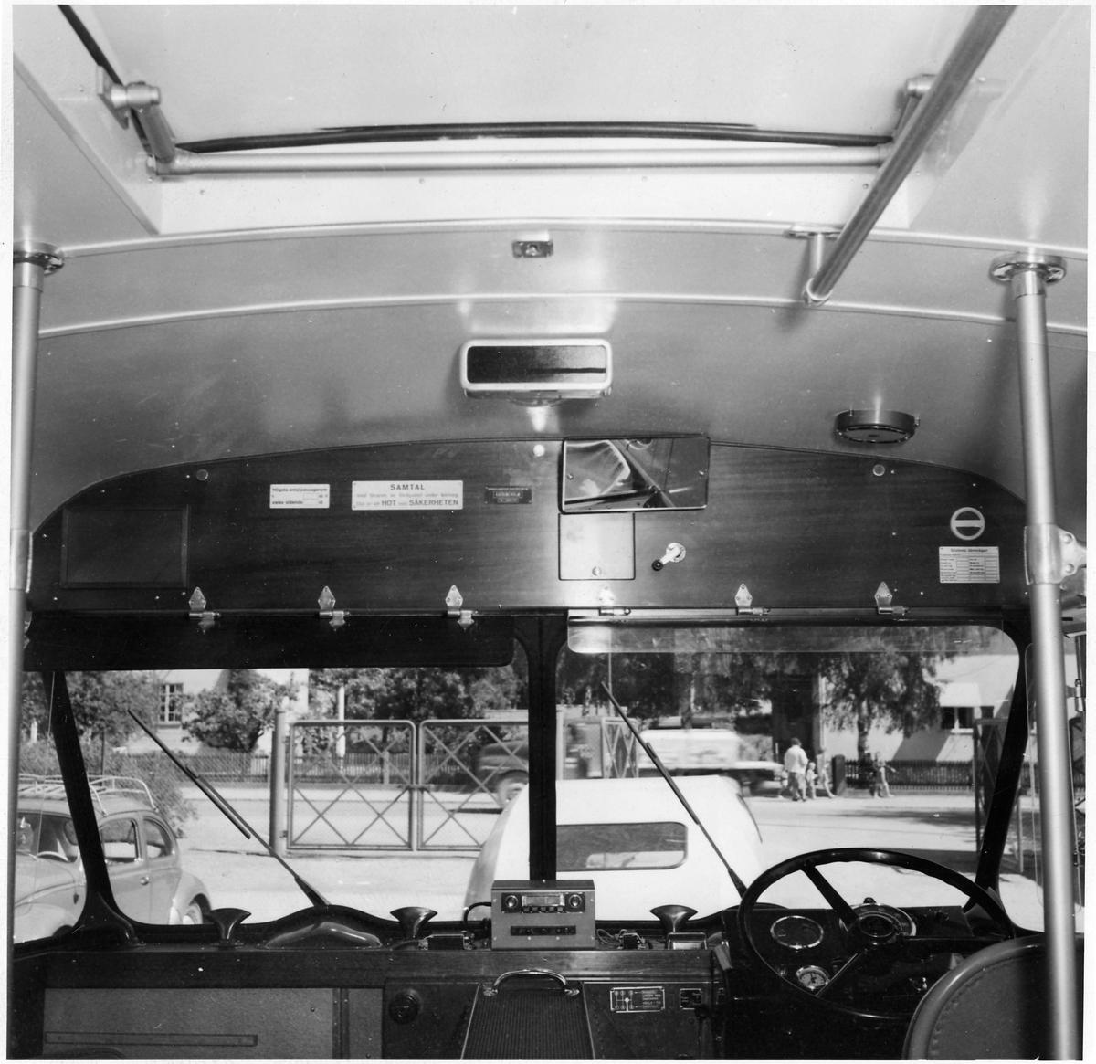 Vy över förarplats i en buss.