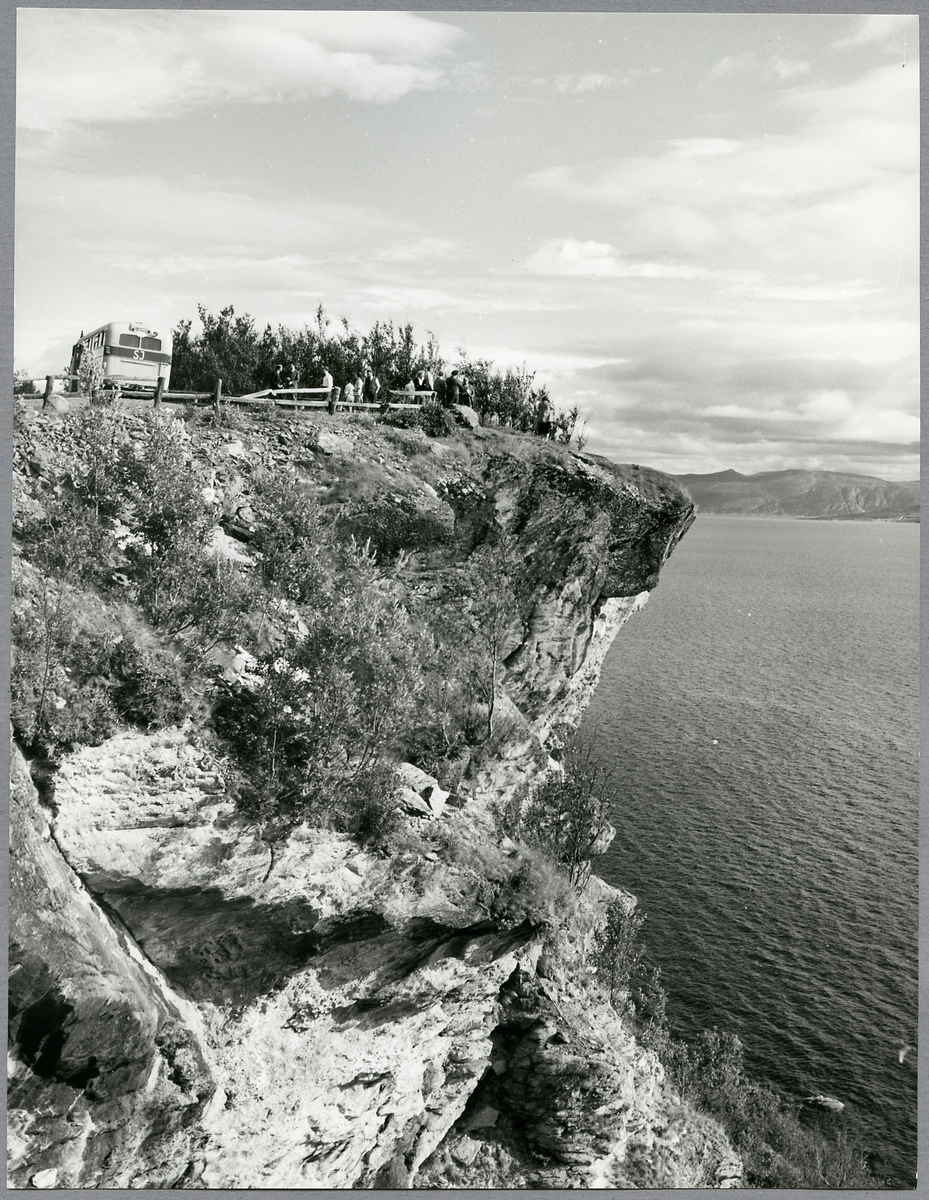 Statens Järnvägar, SJ buss 1877 vid utsiktsplats över Altafjorden.