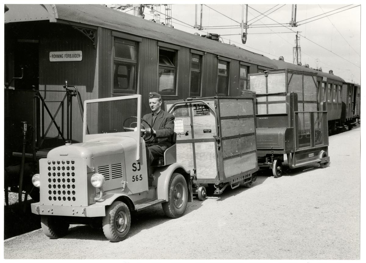 Statens Järnvägar, SJ plattformstruck 565 med tillkopplade vagnar.