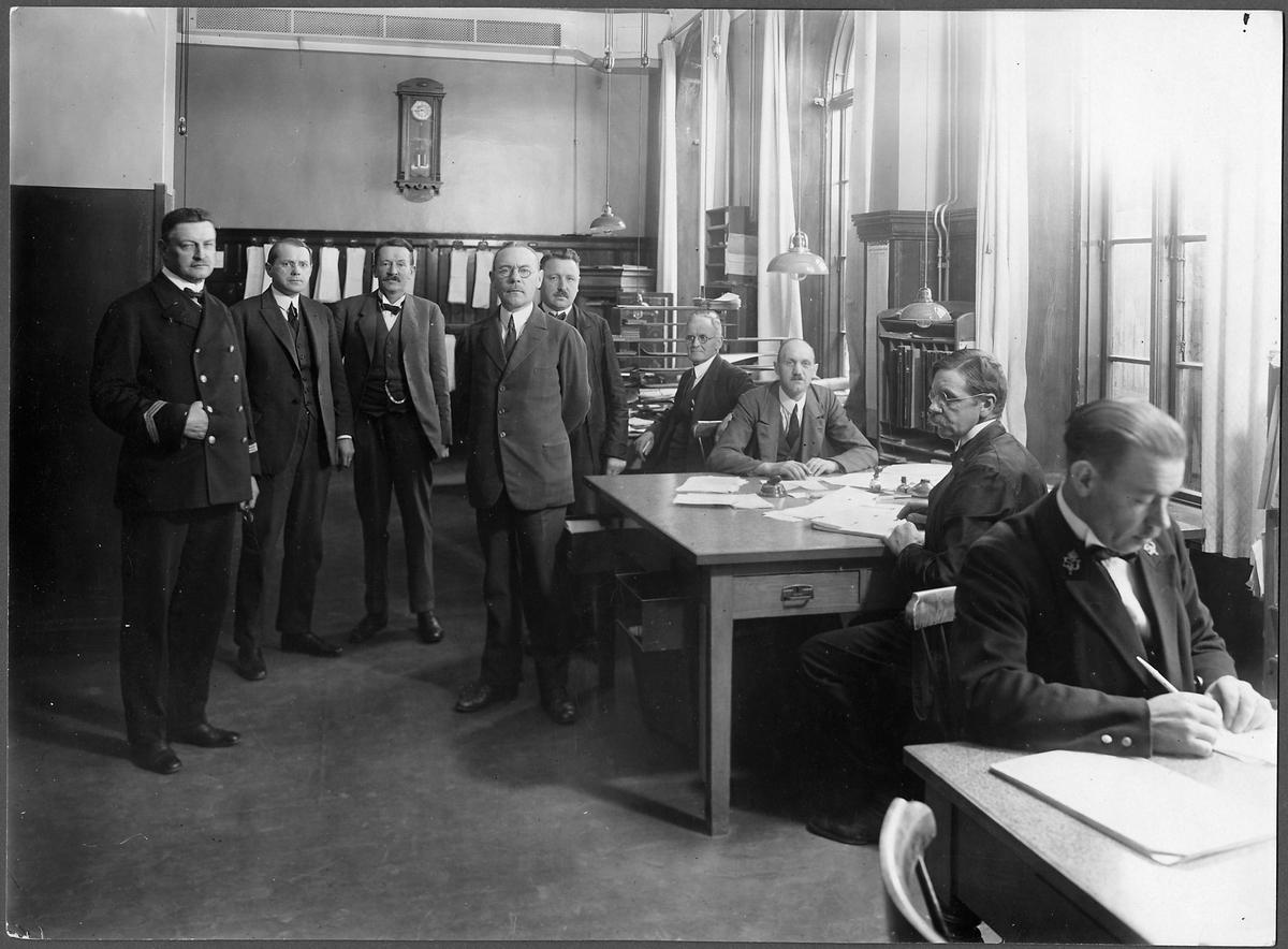 Stins Robert William Cederberg med kontorspersonal.