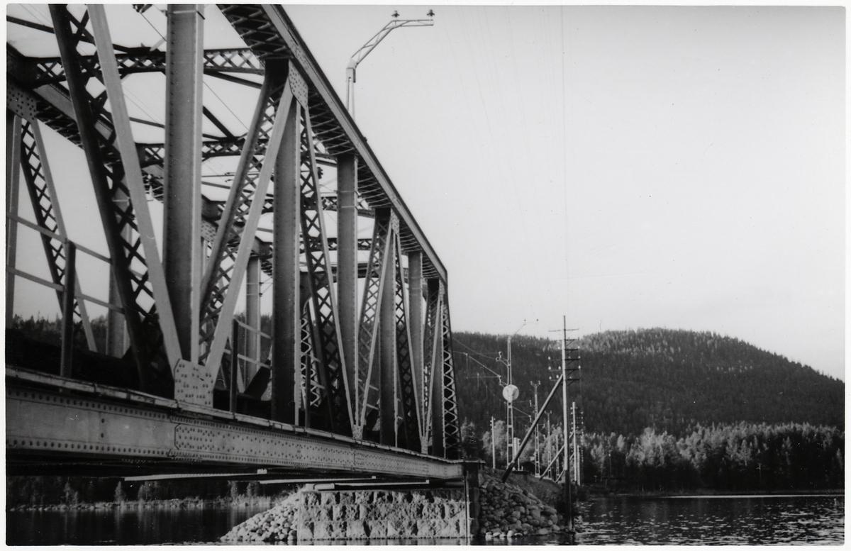 Järnvägsbro över sjön Grötingen på linjen mellan Bräcke och Ragunda.