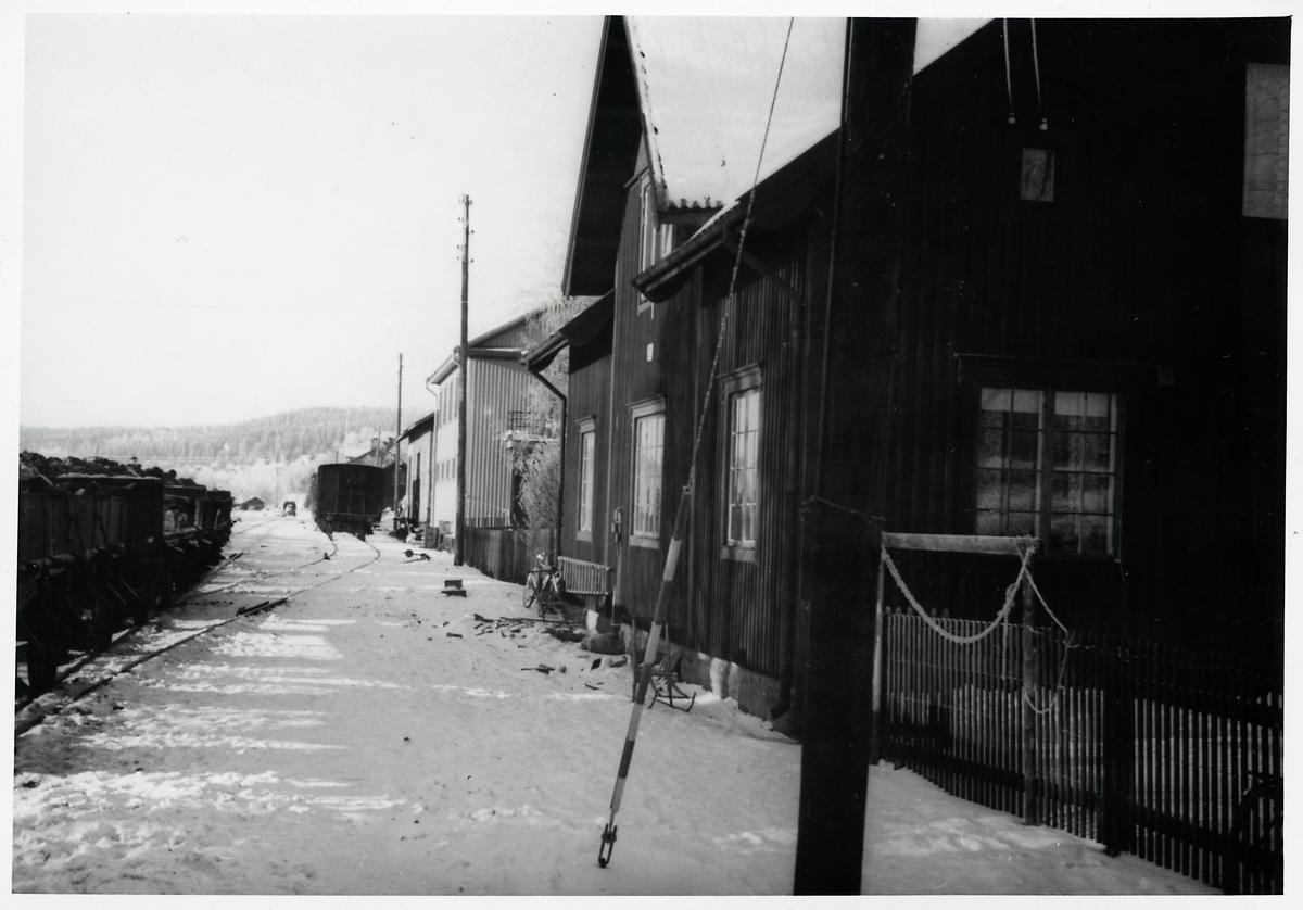 Morsil station mot vänster. Gudstransportvagnar med sidotömning på bangården.