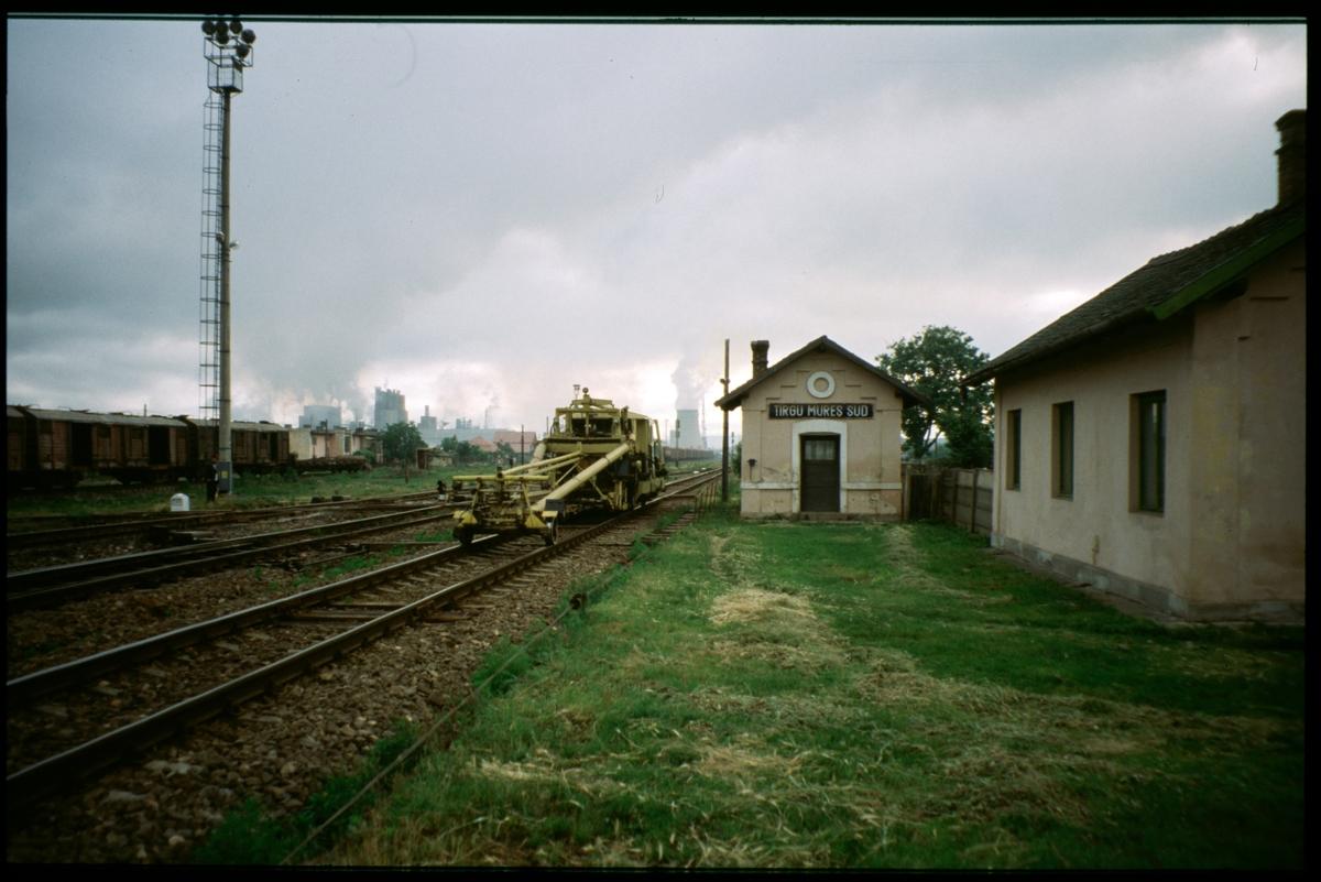 Banarbetsfordon passerar på bangården vid Tirgu Mureș Sud station, Rumänien.