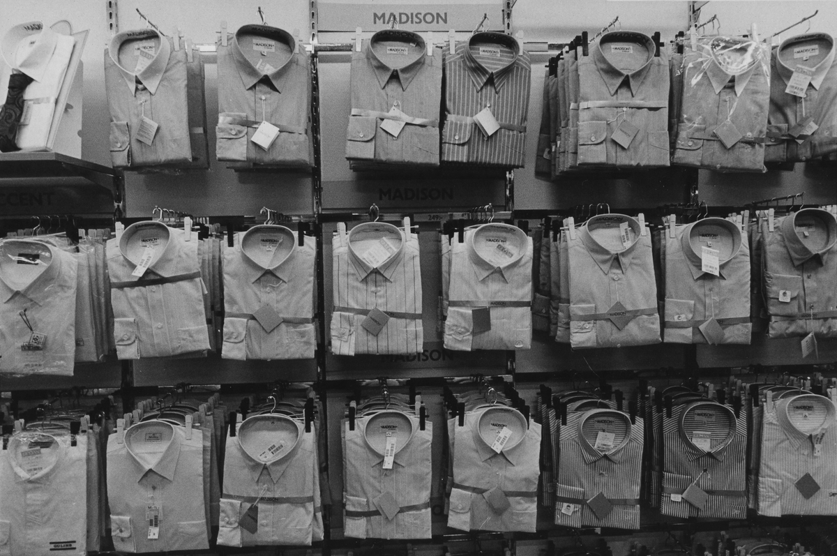 Skjortor på Gulins herravdelning, kvarter Hjorten 19. I november 1990 flyttade butiken tillsammans med Lindex in i EPAs gamla varuhus i kvarter Storken 12.