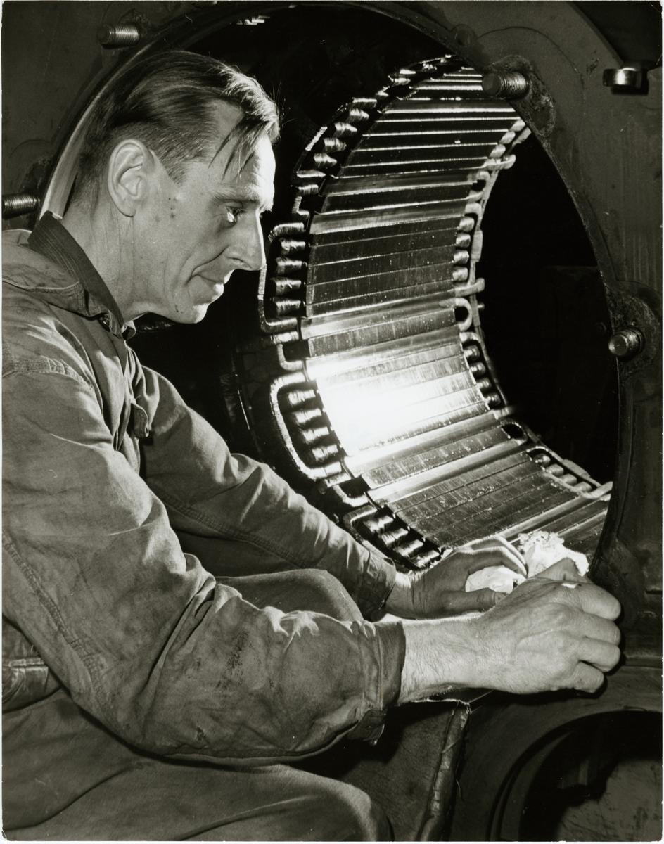 Enar Nilsson avsynar statorn till en traktionsmotor.