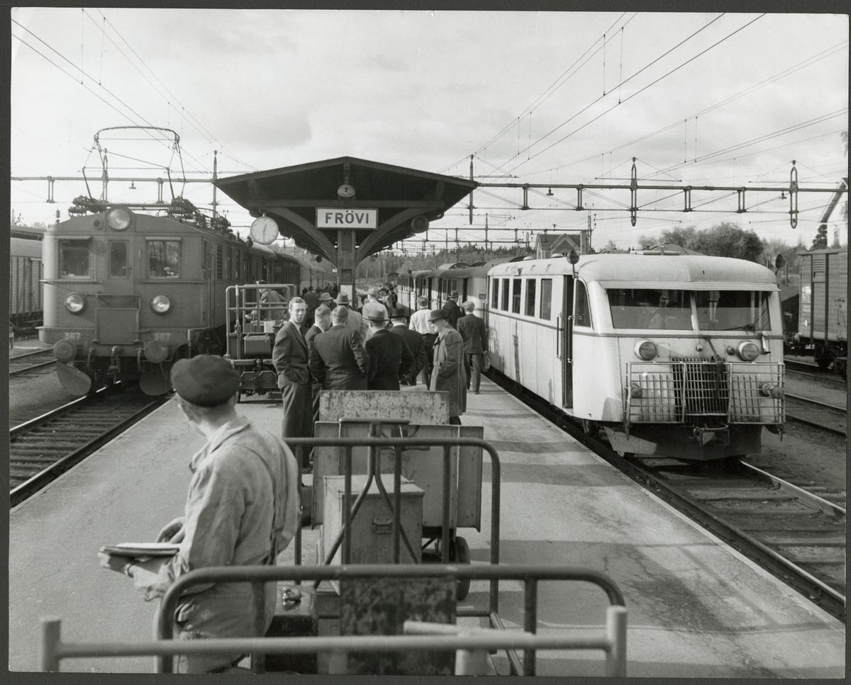 Statens Järnvägar, SJ D 367 och ett rälsbusståg med Trafikaktiebolaget Grängesberg - Oxelösunds Järnvägar, TGOJ Yo8 längst fram står inne på Frövi station.