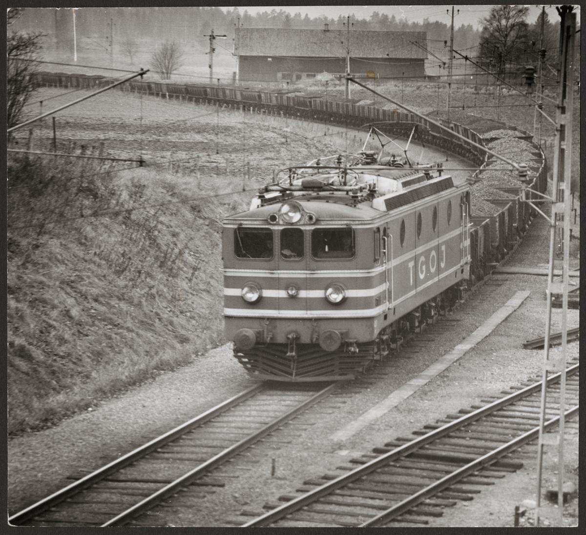 Trafikaktiebolaget Grängesberg - Oxelösunds Järnvägar, TGOJ Ma ellok med malmtåg på väg in vid Rekarne station från Kungsör och i riktning mot Eskilstuna.