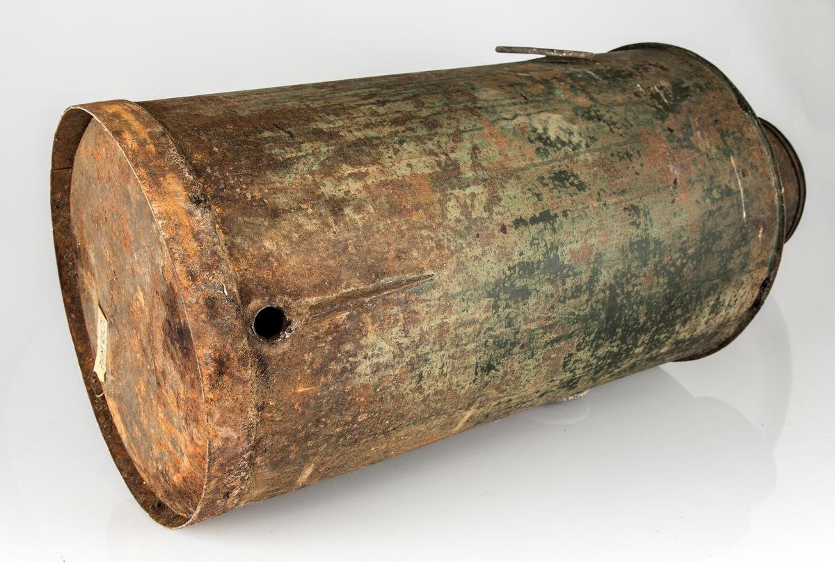 Oljespann med avslått tappekran. Rund. To håndtak. Bulk og rustflekker, hull i spannveggen hvor det har sittet tappekran.