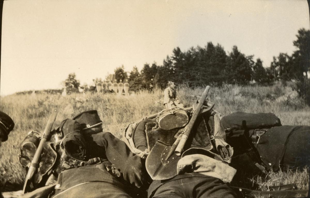 Soldater i skjutövning.
