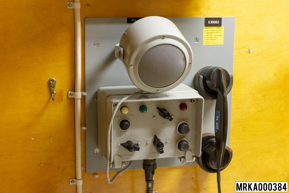 Manöverbox för kanalinställning mm. Handmikrotelefon och högtalare monterad på samma rack.