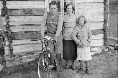 Ole, Elvira og Else Persen  foran huset de bodde i før nedbrenningen høsten 1944. Fotografiet er tatt på slutten av 1930-tallet.