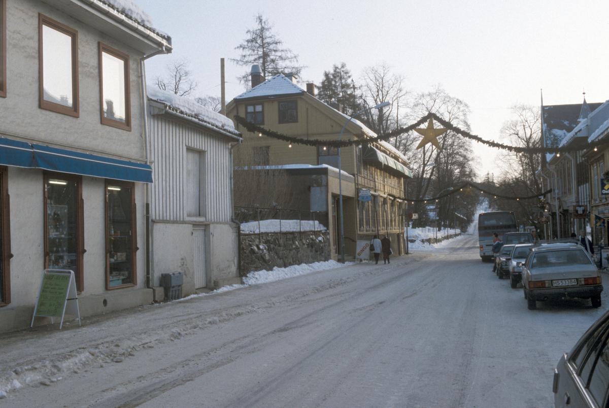 Lillehammer. Storgata 35, 33A, 31 og Langes gate 12 (Wiesegården). Forretninger. Uthus. Julegate. Sett mot sør-øst.