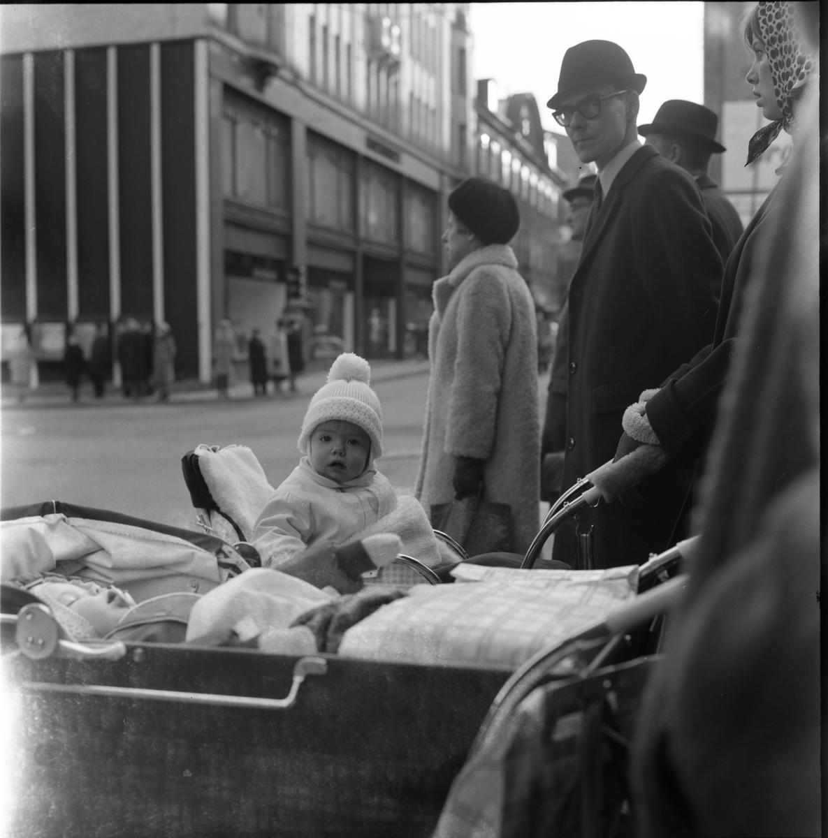 Väntande vid övergångsställe i stan, Uppsala 1961