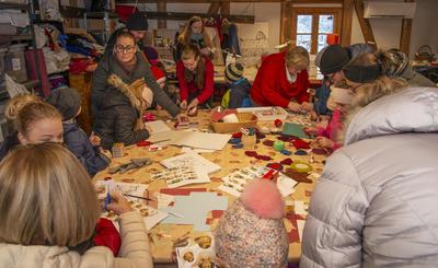 Juleverkstedet er alltid en populær aktivitet.