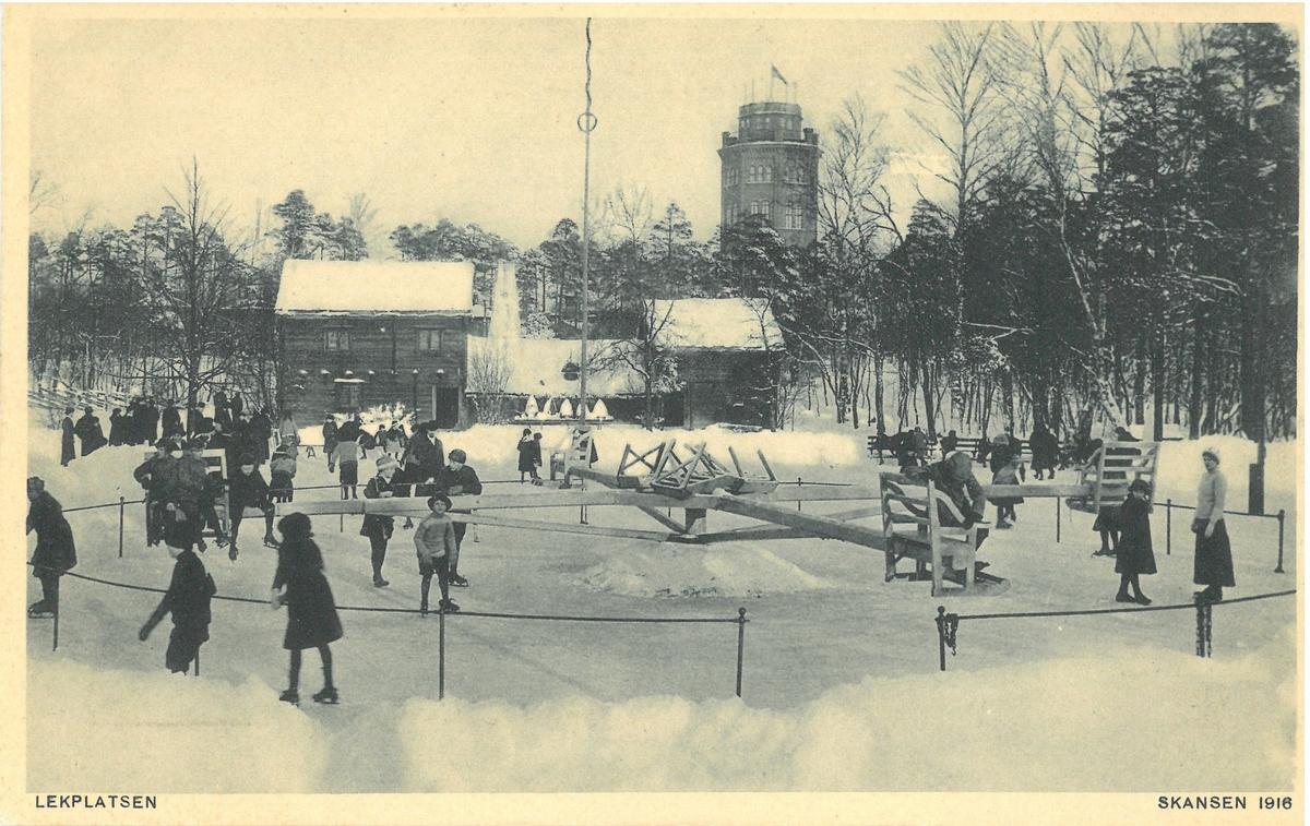 """Slängkälke och skridskoåkare på skridskobana """"Lekplatsen"""" framför Kyrkhultsstugan på Skansen."""