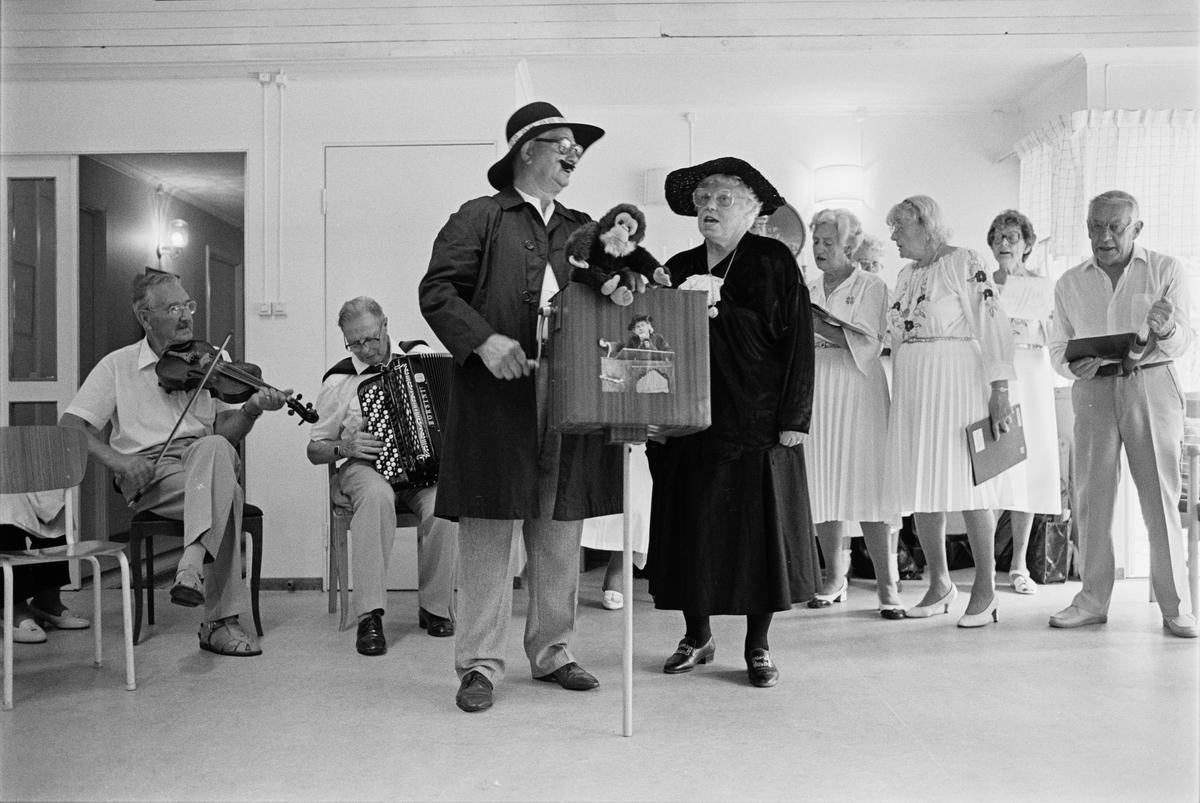 Musikgruppen Takt och ton uppträder på ett konvalescenthem, sannolikt Fagerudd utanför Enköping, Uppland juni 1988