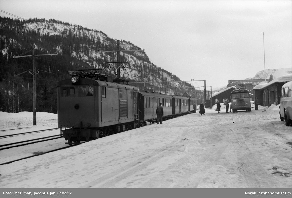 Thamshanbanens elektriske lokomotiv nr. 1 med persontog til Orkanger på Løkken stasjon.