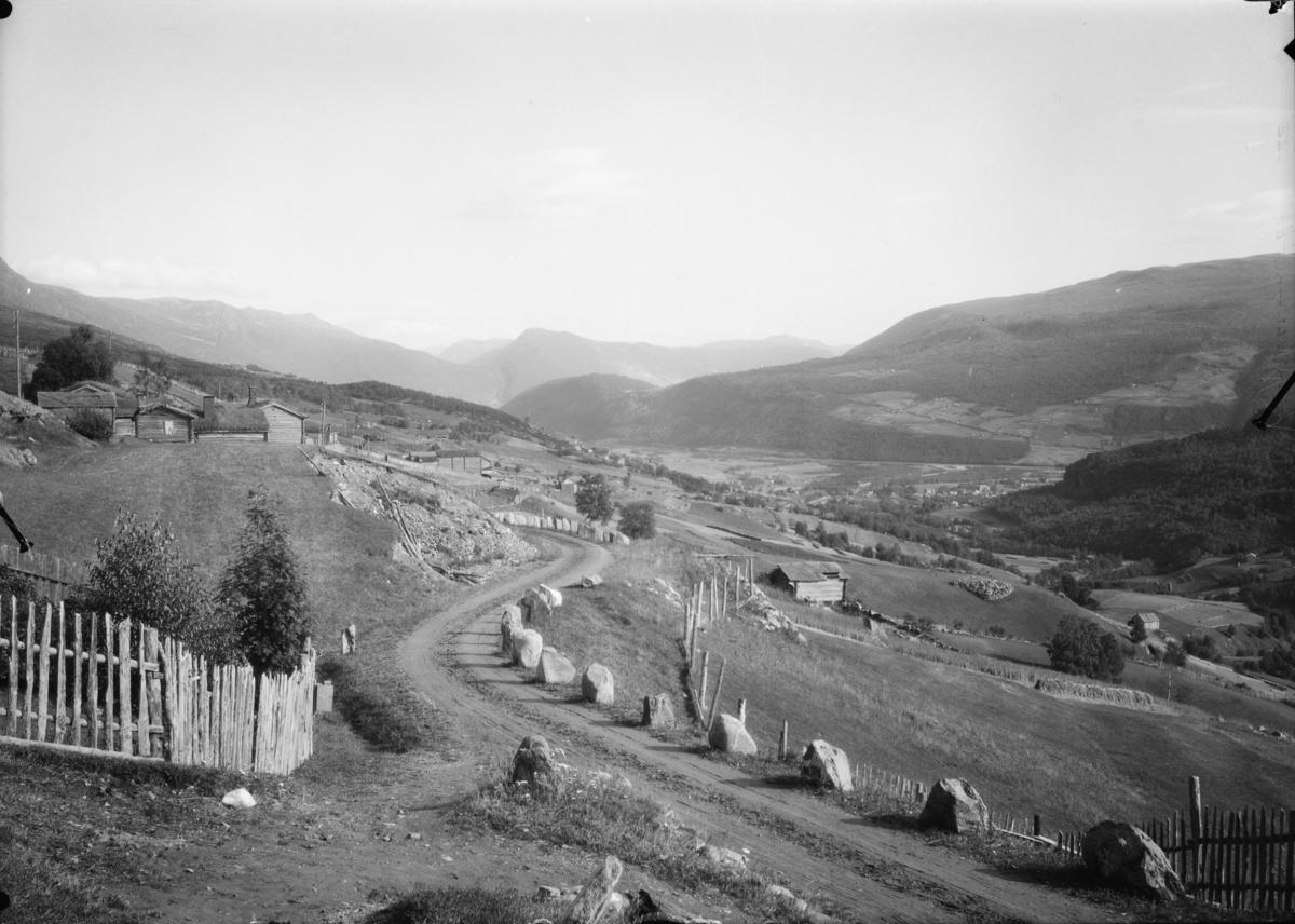 Vågå, utsikt fra Skogbygdi mot Vågåmo. Garden Svare Sygard til venstre