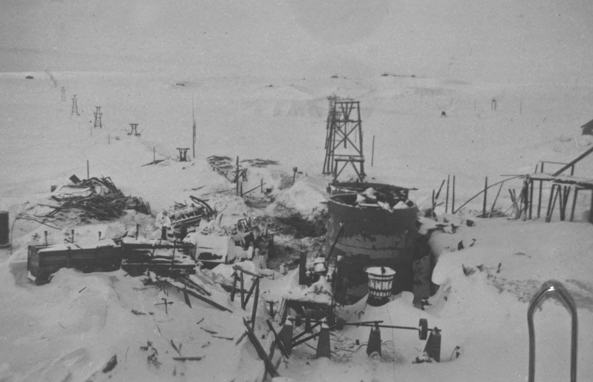 ab846e77 Brannruinene av flotasjonsanlegget på Storwartz. I bakgrunnen taubanene mot  øvre Storwartz og til Røros