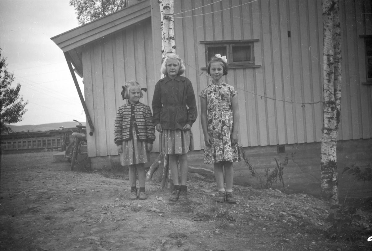 Tre jenter fremfor bolighuset i Vestringsvegen 208, Segalstad bru, fotografens eiendom
