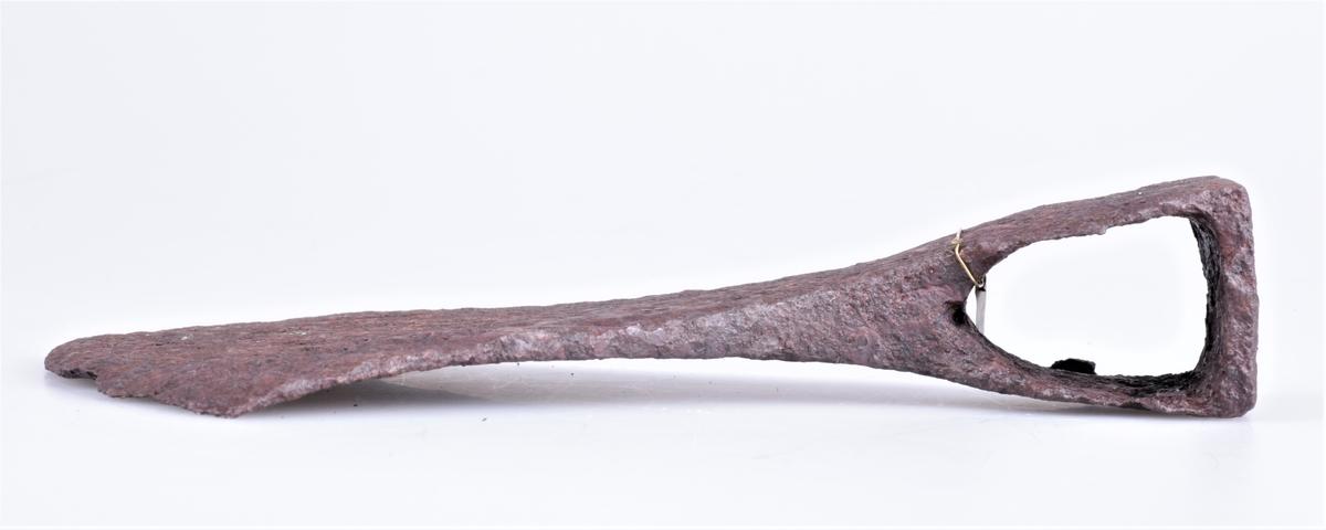 Øks av jern fra yngste vikingtid eller tidlig middelalder funnet på Nedre Hammerstad i Totenvika i 1875-1876.