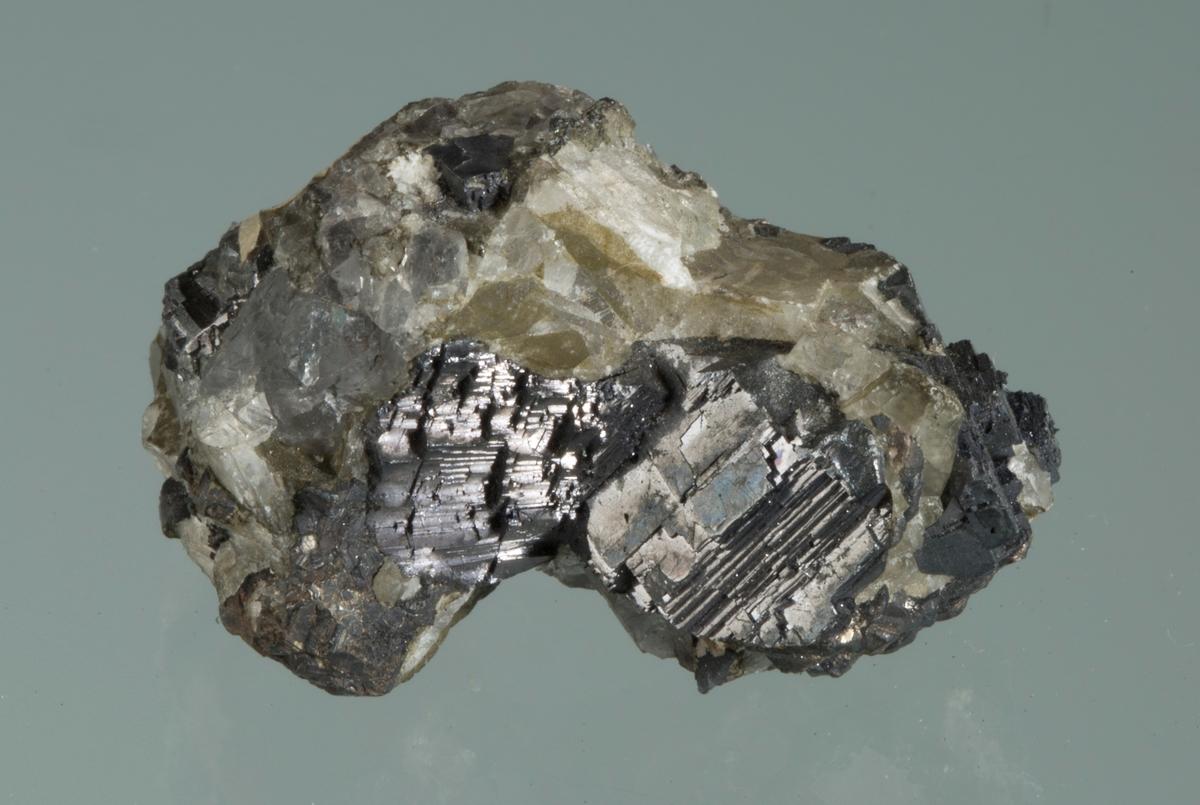 Blyglans, sølv og kalsitt Etikett: 71 Vekt: 37,01 g Størrelse: 3,5 x 2,2 x 2 cm