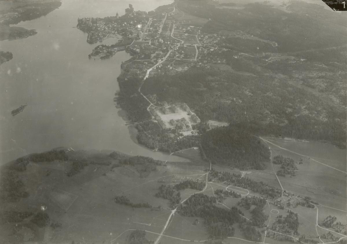 Flygfotografi över Strängnäs med Södermanlands regementets kasern.